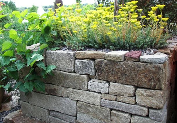 wandgestaltung wohnzimmer trockenmauer selbst bauen aus naturstein. Black Bedroom Furniture Sets. Home Design Ideas