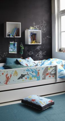 trendy kinderzimmer mit hochbett und einem an der wand befestigen bed mattress sale. Black Bedroom Furniture Sets. Home Design Ideas