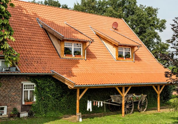 Dachziegel Geben Keine Schädlichen Stoffe Ab Und Sind Diffusionsoffen (d.  H. Wasserdampf Kann Von Innen Nach Außen Gelangen).